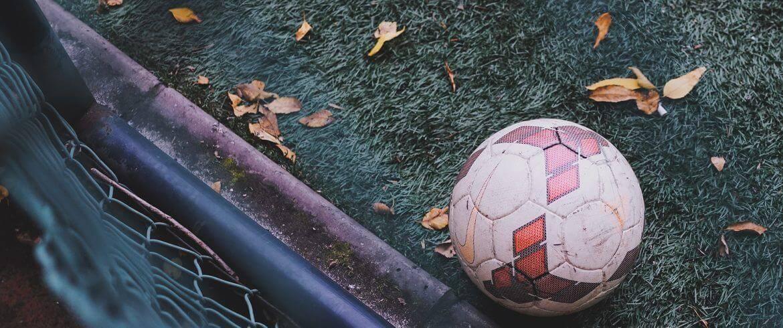 Bal op voetbalveld